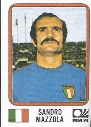 Sandro Mazzola/Itália-1974: O jogador posou até com o nariz empinado para mostrar mais o que ostenta logo abaixo das narinas.