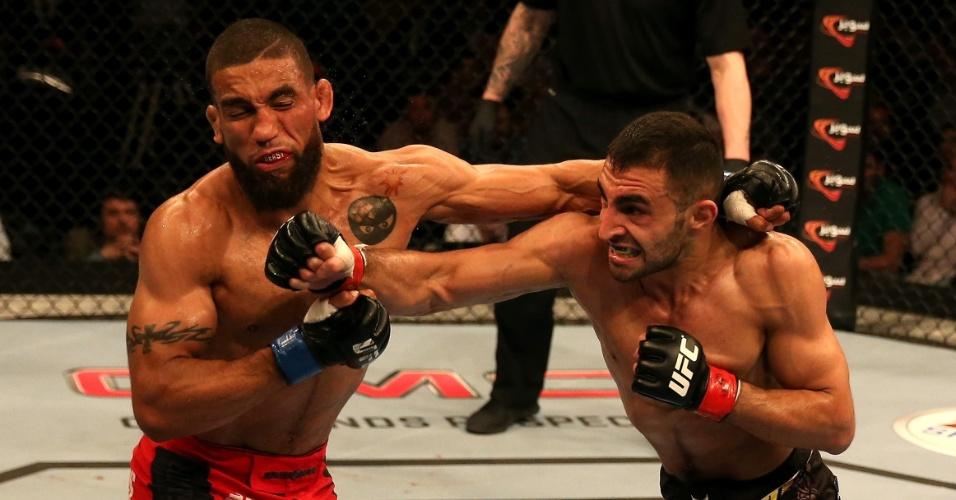 11.abr.2014 - Jim Alers e Alan Omer fizeram luta muito disputada no card preliminar do UFC Abu Dhabi