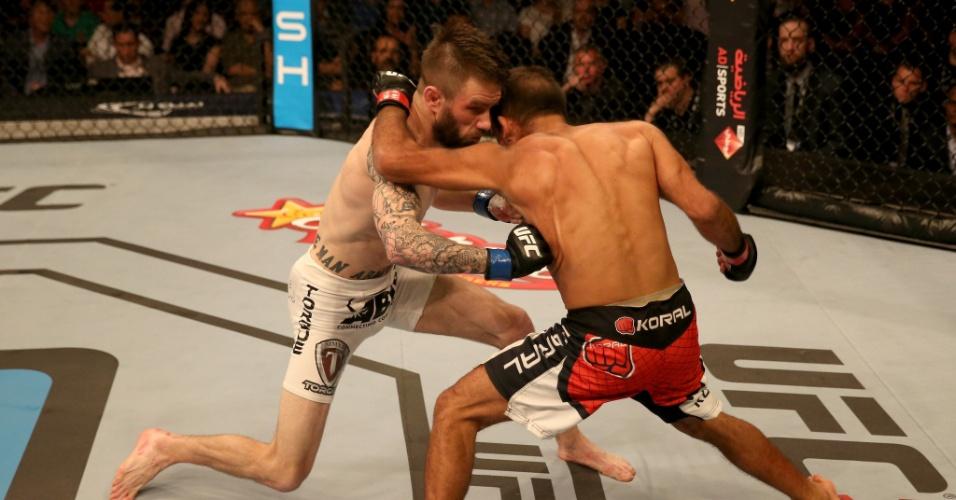 11.abr.2014 - Johnny Bedford acertou cabeçada acidental no brasileiro Rani Yahya e primeira luta do UFC Abu Dhabi foi declarada sem resultado