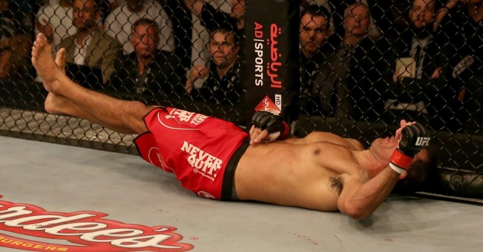 11.abr.2014 - Minotauro fica caído no octógono após ser nocauteado por Roy Nelson na luta principal do UFC Abu Dhabi