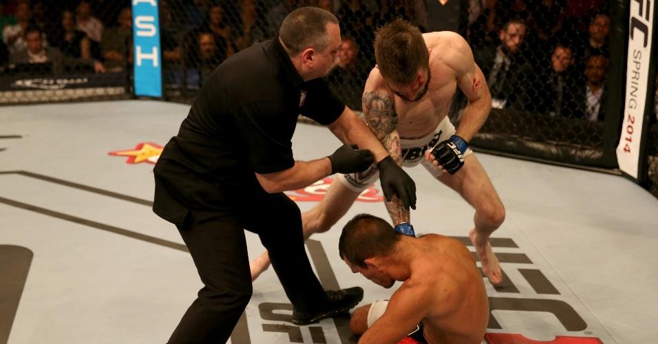 11.abr.2014 - Rani Yahya cai após receber cabeçada de Johnny Bedford; luta foi considerada um No Contest (sem resultado)