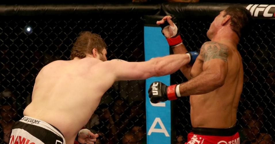 11.abr.2014 - Roy Nelson não teve dificuldades para nocautear Rodrigo Minotauro no primeiro round na luta principal do UFC Abu Dhabi