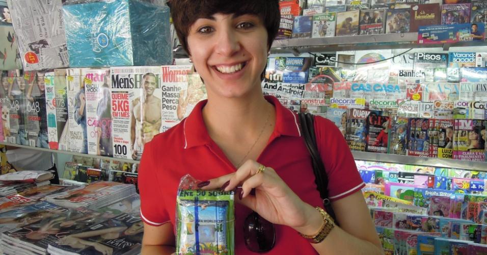 Aeromoça compra figurinhas ao redor do país para completar álbum da Copa junto com marido