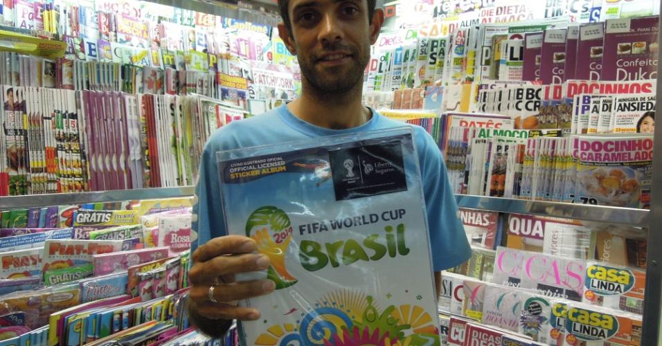 Jornaleiro da Revistaria Itaquera satisfeito com a venda de álbuns e figurinhas da Copa do Mundo de 2014