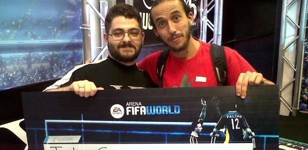 Julio Ucker (à direita) é jogador profissional de FIFA World, com direito a premiação - Arquivo Pessoal