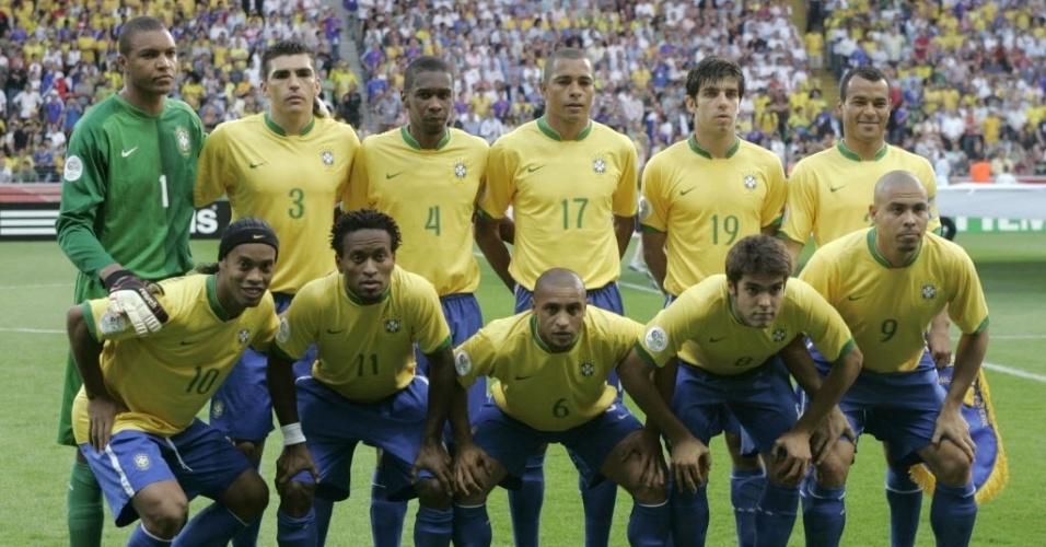 """Quadrado mágico não afundou Brasil em 2006 - O fiasco do Brasil na Copa de 2006, na Alemanha, tem várias teorias. Entre as mais ditas, até por profissionais, é a de que o time não tinha mobilidade para jogar com quatro homens que não marcavam, o chamado """"quadrado mágico"""" de Parreira, com Ronaldinho, Kaká, Ronaldo e Adriano. O curioso é que todos os jogos que o time começou com o quarteto, ganhou. E na única derrota no Mundial, para a França, ao contrário do que muitos pensam, o Brasil jogou sem o quadrado. Parreira sacou Adriano e reforçou o meio-campo com Juninho Pernambucano. O """"quadrado"""" acabou saindo invicto da Copa."""