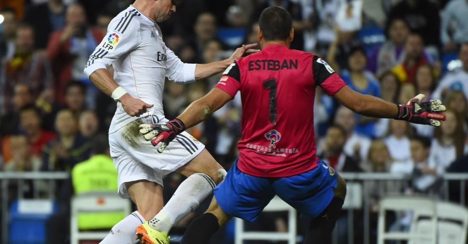12.abr.2014 - Gareth Bale tenta o drible sobre o goleiro Esteban Andres Suarez durante partida entre Real Madrid e Almería