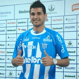 12.abr.2014 - Maurício posa com a camisa do Avaí em apresentação oficial pelo clube catarinense - undefined
