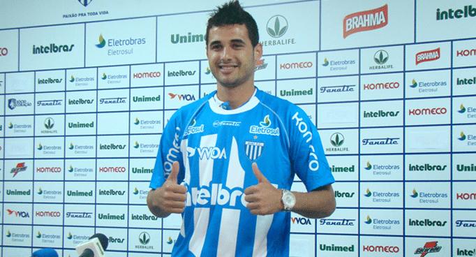 12.abr.2014 - Maurício posa com a camisa do Avaí em apresentação oficial pelo clube catarinense