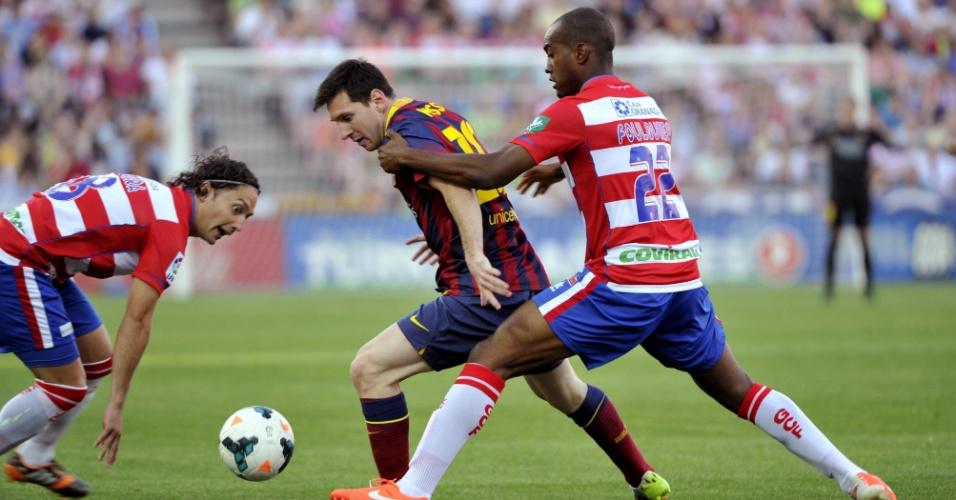 12.abr.2014 - Messi domina a bola enquanto é marcado de perto por Iturra e Foulquier durante partida entre Barcelona e Granada
