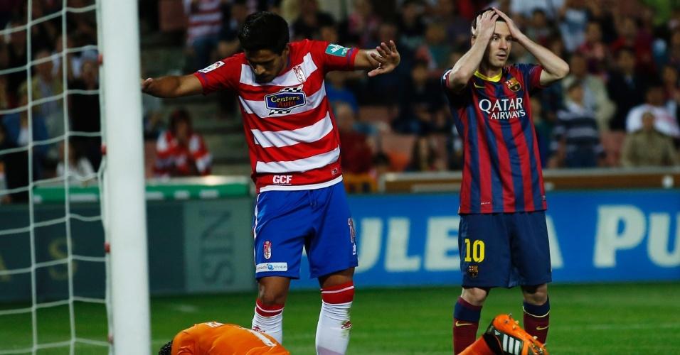 12.abr.2014 - Messi leva as mãos à cabeça após chance de gol perdida; Barcelona foi derrotado pelo Granada e se complicou na disputa pelo título do Campeonato Espanhol