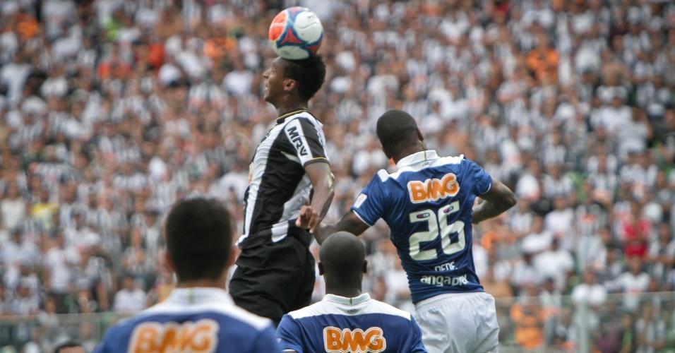 16 abril 2014 - Atacante Jô e zagueiro Dedé disputam lance em clássico entre Atlético-MG e Cruzeiro no Independência