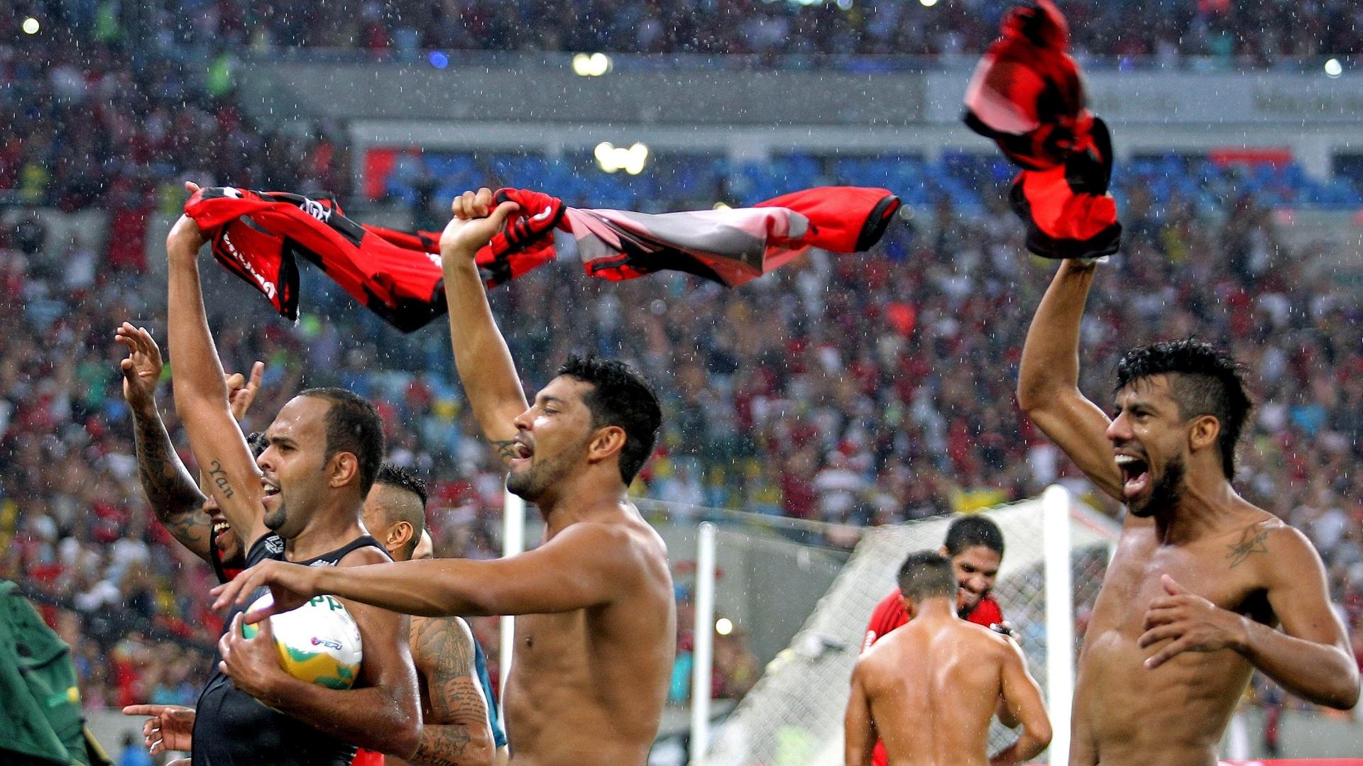 Alecsandro, André Santos e Léo Moura giram as camisas rubro-negras após título sobre o Vasco