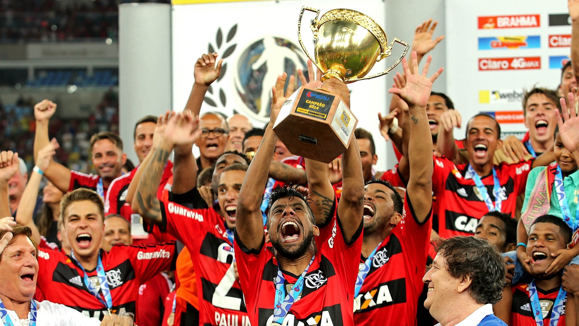Capitão Léo Moura levanta a taça de campeão carioca para o Flamengo no Maracanã