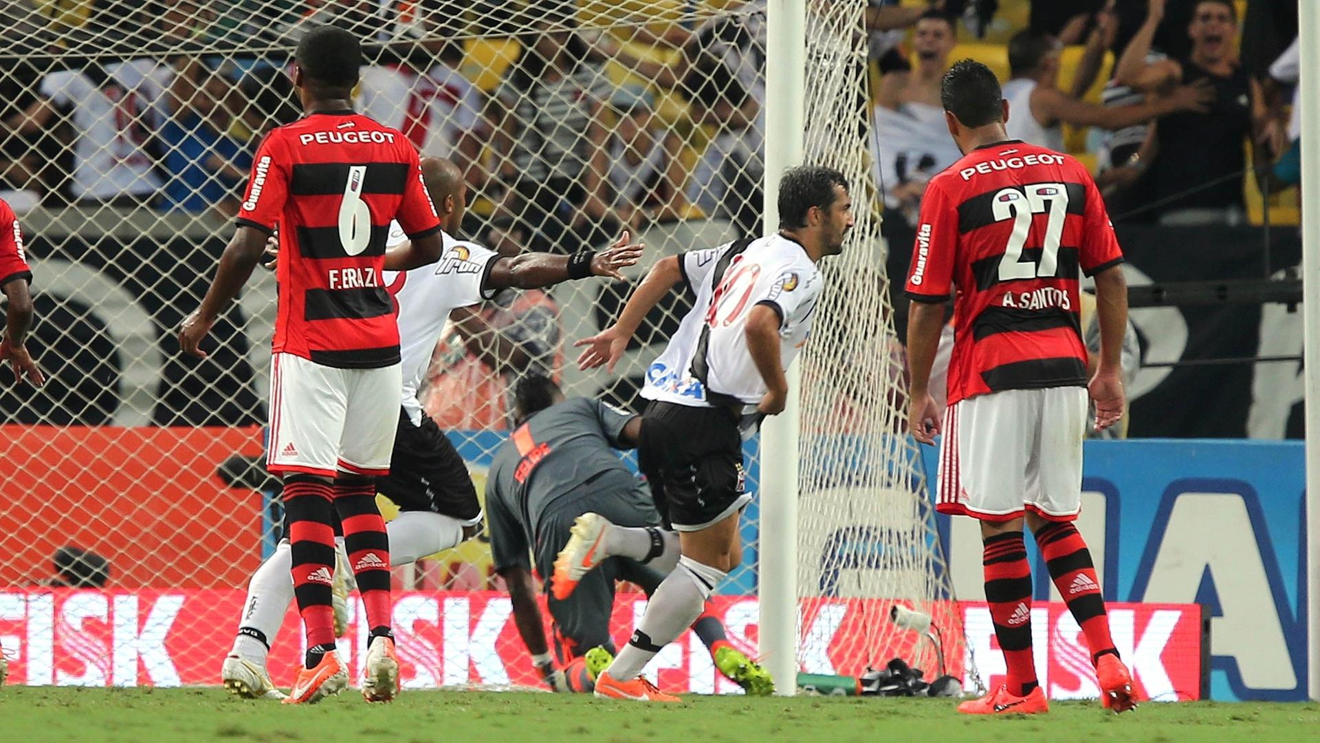 Douglas converte penalidade e abre o placar para o Vasco na final do Carioca