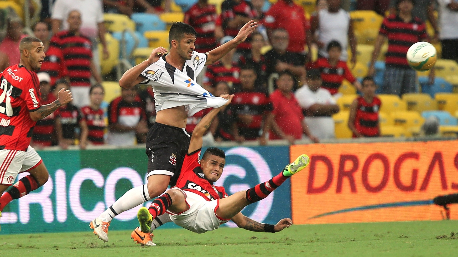 Everton e Luan dividem bola em final do Carioca entre Flamengo e Vasco