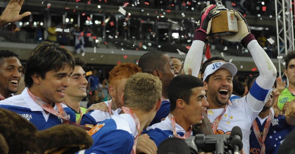 Goleiro Fábio ergue a taça de campeão mineiro após a final contra o rival Atlético-MG