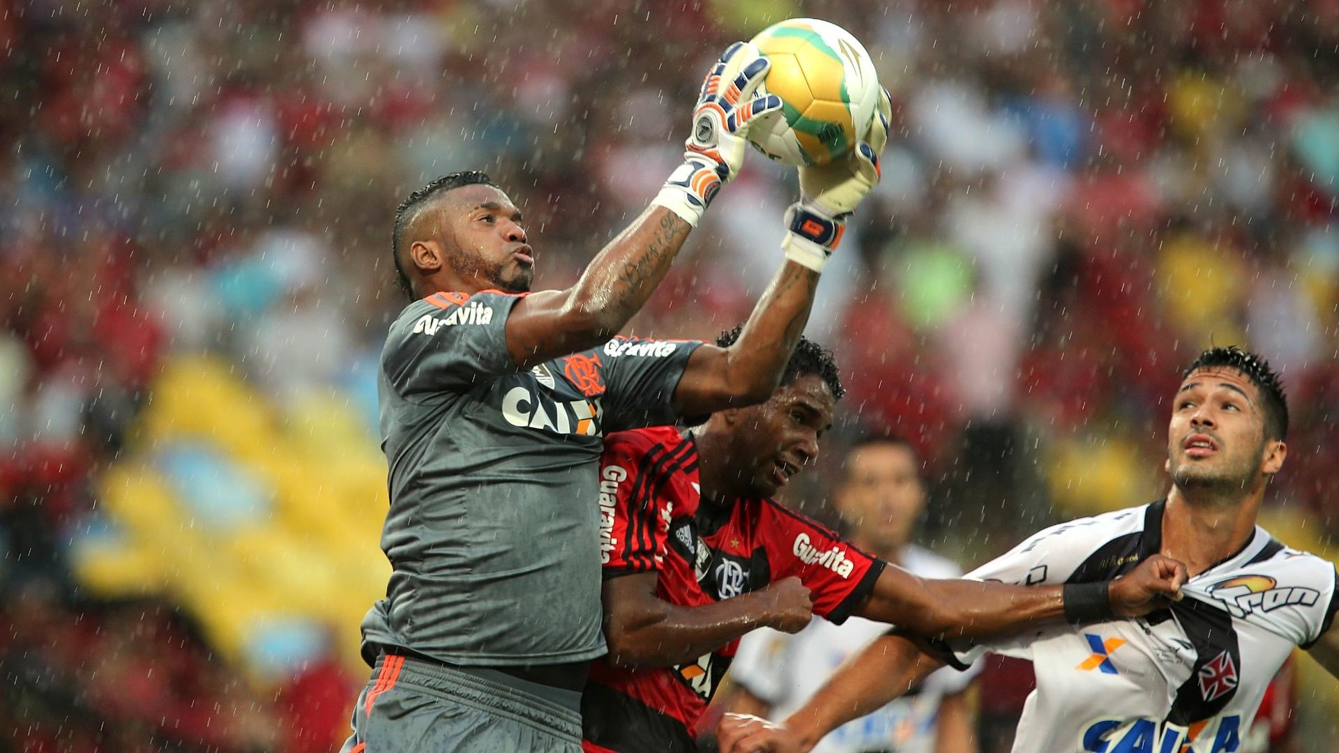 Goleiro Felipe sobe alto para ficar com a bola em tarde chuvosa de final de Carioca