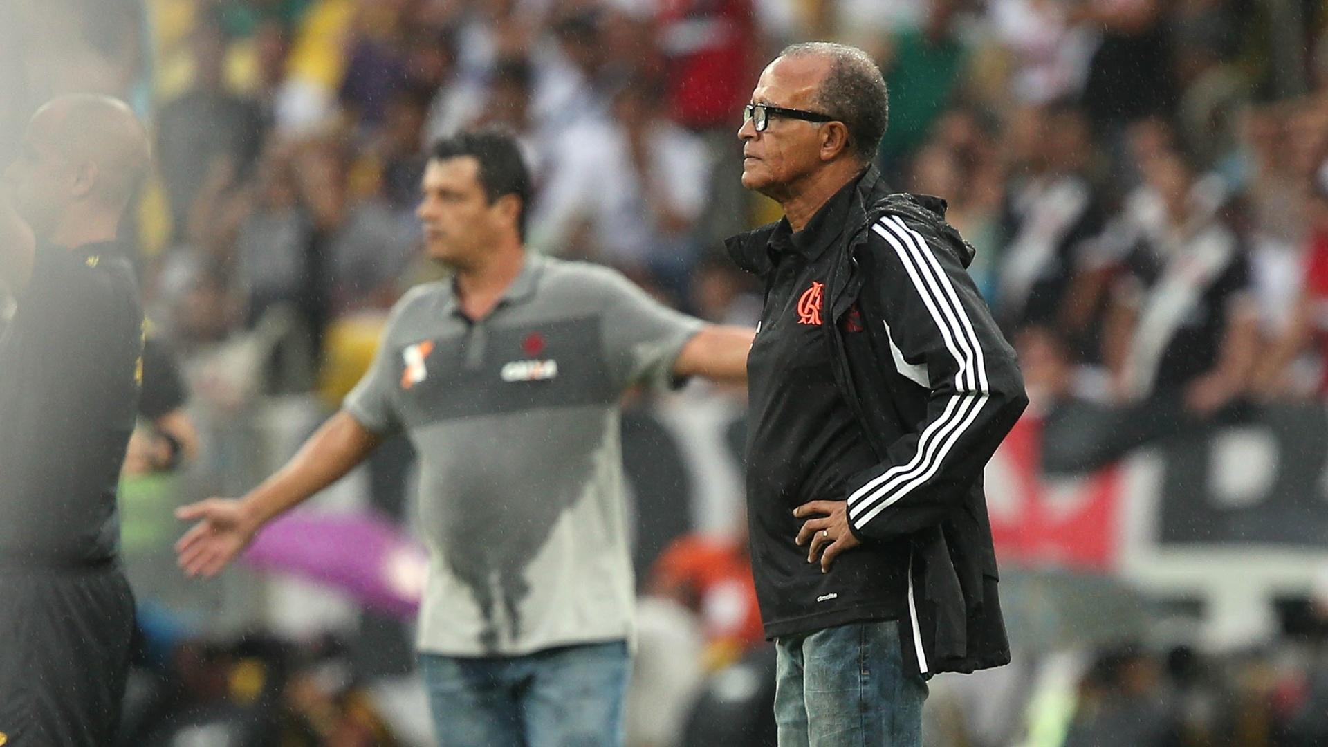 Jayme de Oliveira e Adílson Batista orientam seus times à beira do gramado