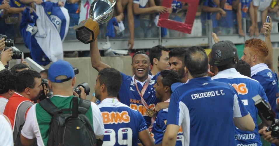 Jogadores do Cruzeiro dão a volta olímpica no Mineirão e comemoram com a torcida o título de campeão mineiro em 2014