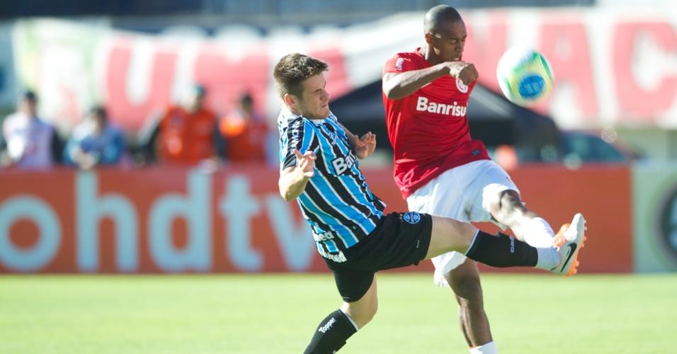 Lateral Fabrício, do Internacional, afasta com a marcação do volante Ramiro, do Grêmio, no Gre-Nal que definiu o campeão Gaúcho 2014 no estádio Centenário