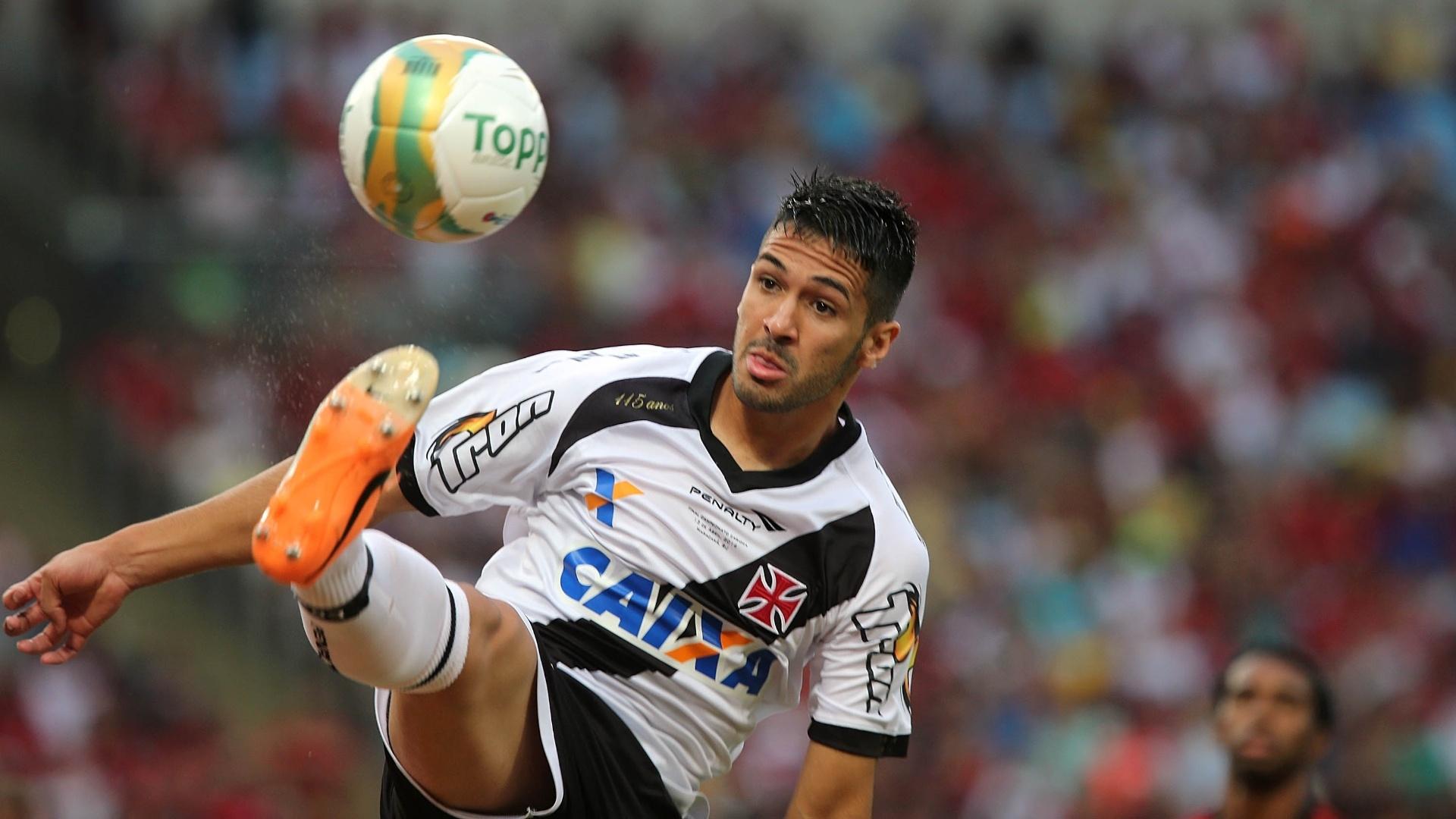 Luan tenta dominar a bola para o Vasco na final do Carioca contra o Flamengo