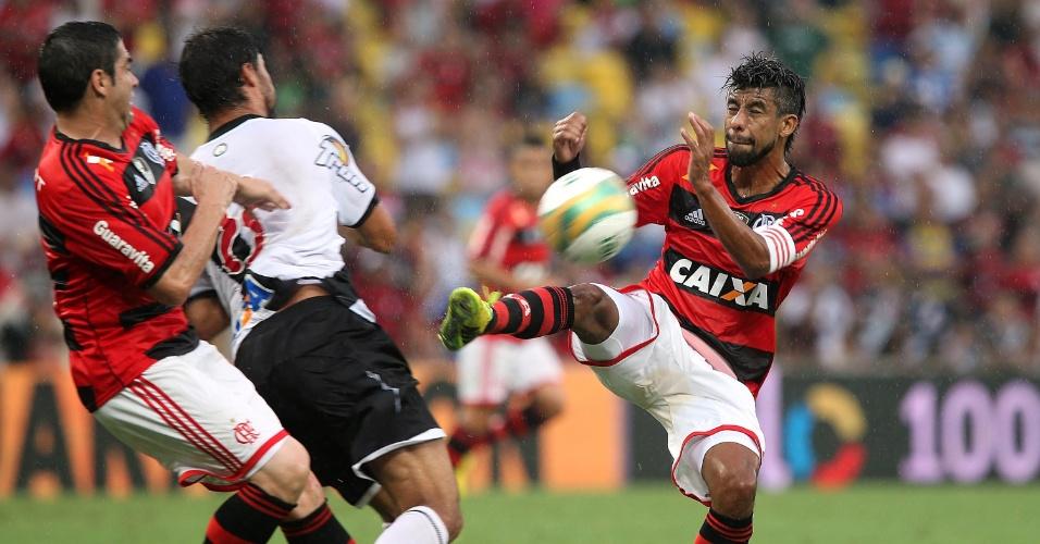 Pedro Ken recebe marcação forte de Chicão e Léo Moura na final do Carioca