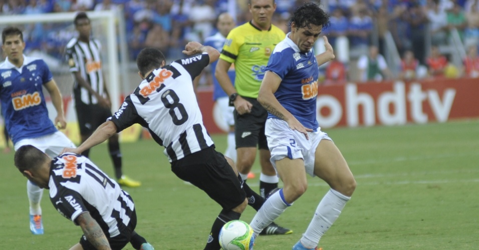Ricardo Goulart e Leandro Donizete disputam lance no empate entre Cruzeiro e Atlético na final do Mineiro