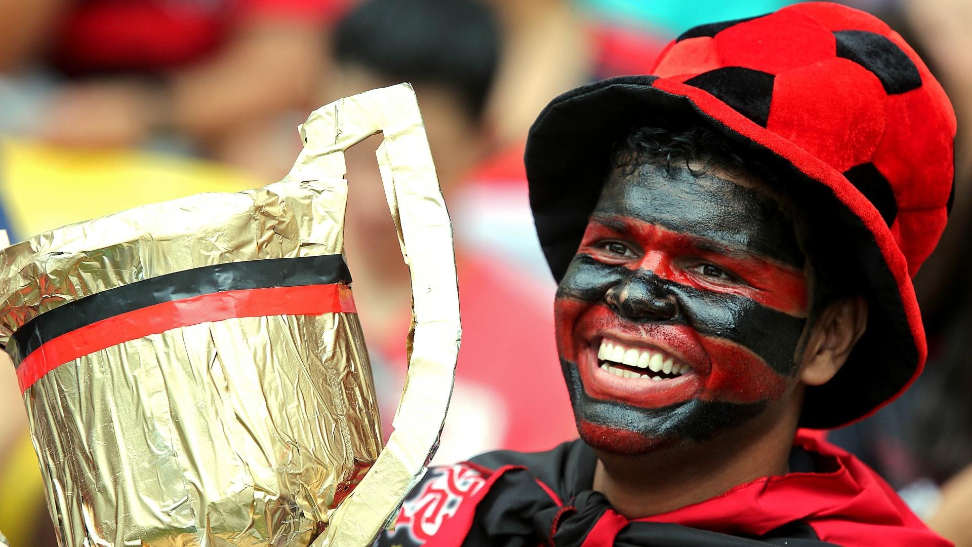 Torcedor do Flamengo leva taça na arquibancada do Maracanã