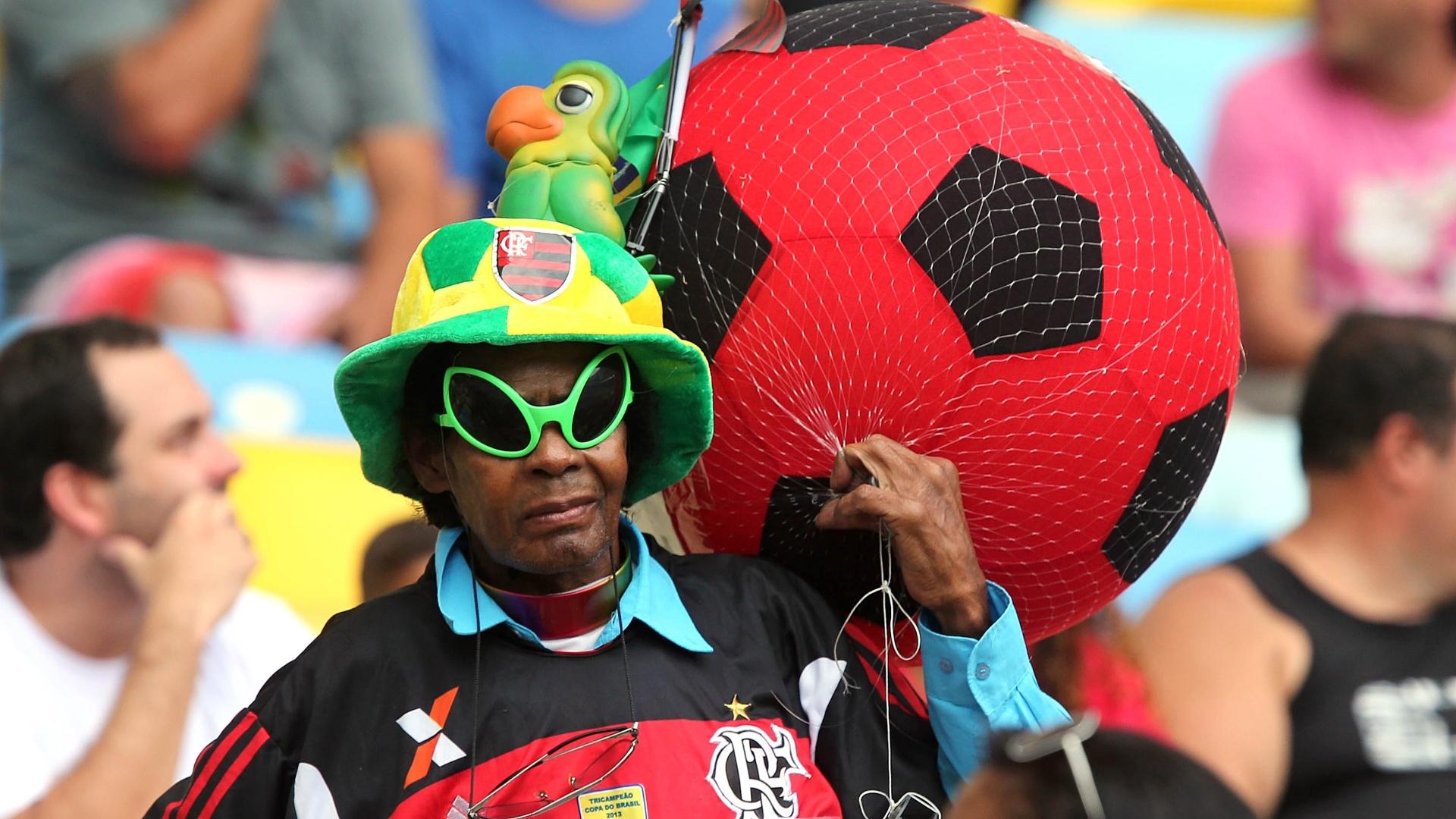 Torcedora vai ao Maracanã cheia de adereços para torcer para o Flamengo