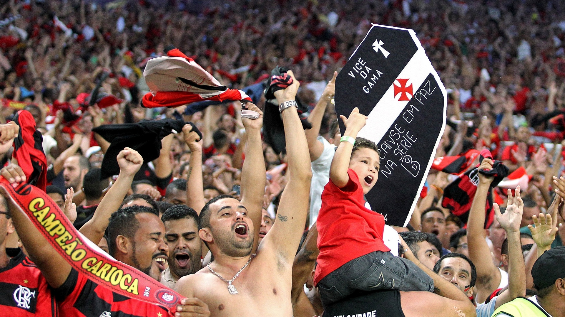 Torcida do Flamengo faz a festa nas arquibancadas do Maracanã com direito a caixão do Vasco