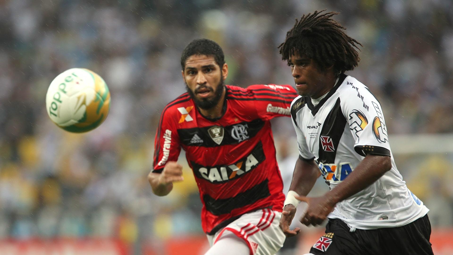 Zagueiro Wallace corre atrás de William Barbio na final do Carioca