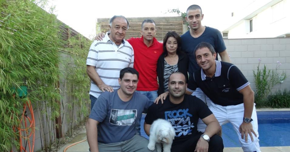 14.abr.2014 - D'Alessandro com os pais, irmão e amigos se reúnem para comemorar 33 anos do meia