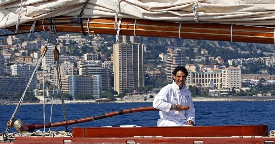 14.abr.2014 - Rafael Nadal ajuda a conduzir o iate Tuiga em Monte Carlo, antes de estrear no Masters 1000 local