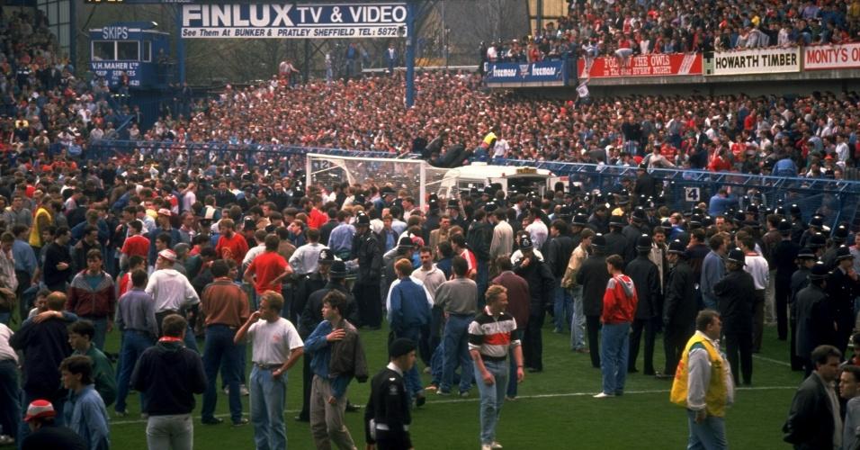 15.04.89 - Público entra no gramado durante a tragédia de Hillsborough, há 25 anos; 96 torcedores do Liverpool foram mortos pisoteados e presos ao alambrado no superlotado estádio de Hillsborough, em Sheffield, em um jogo contra o Nottingham Forest pela Copa da Inglaterra