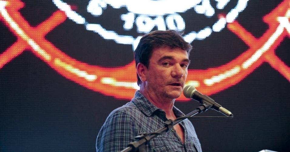 15.abr.2014 - Andrés Sanchez discursa na cerimônia de entrega do Itaquerão ao Corinthians