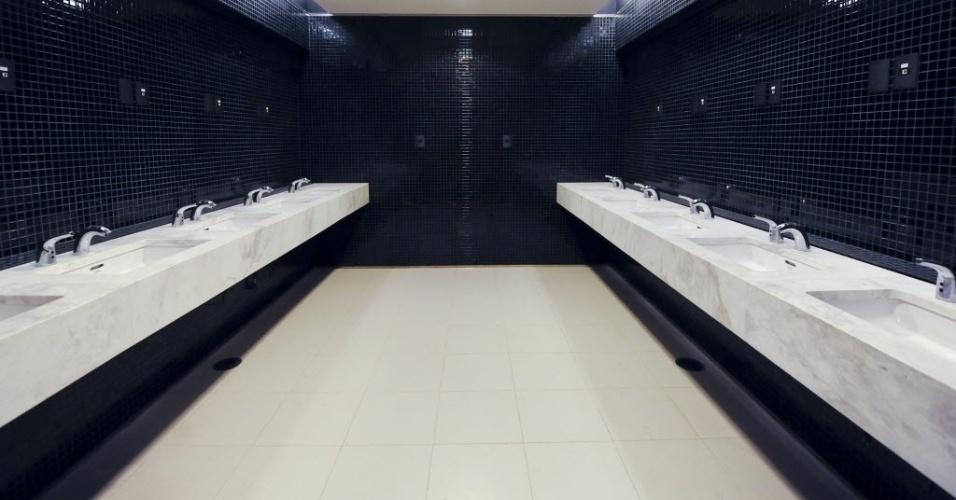 15.abr.2014 - Banheiros no estádio do Itaquerão. Ainda em obras, estádio foi entregue oficialmente ao Corinthians nesta terça-feira (15/04)