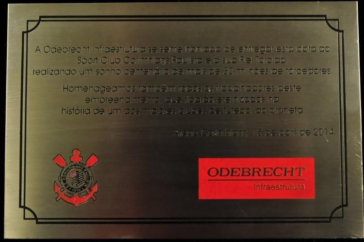15.abr.2014 - Certificado de posse do Itaquerão que foi dado ao Corinthians pela Odebrecht nesta terça-feira (15/04)