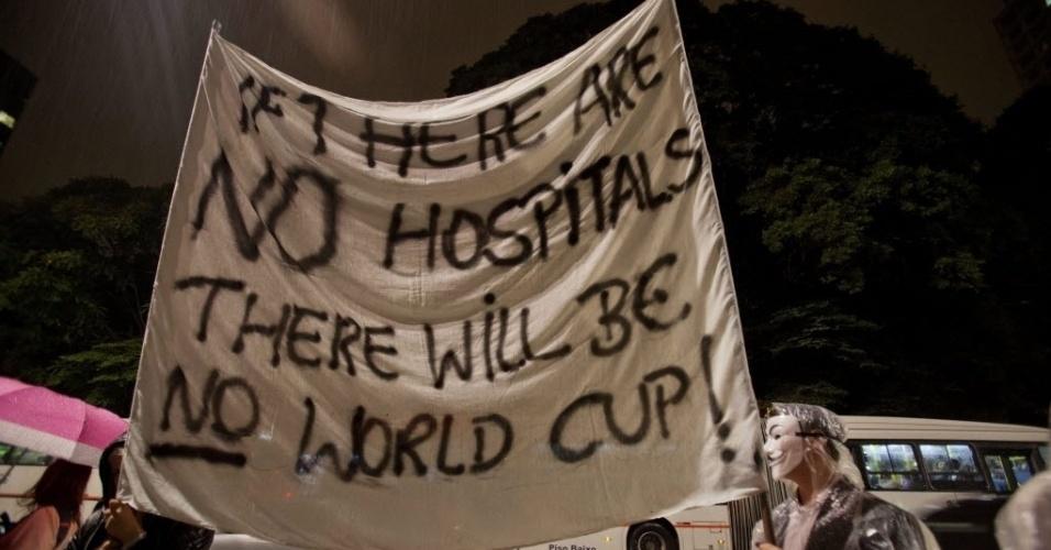15.abr.2014 - Com faixa em inglês, manifestantes dizem que 'se não há hospitais, não haverá Copa' no Brasil durante protesto em São Paulo