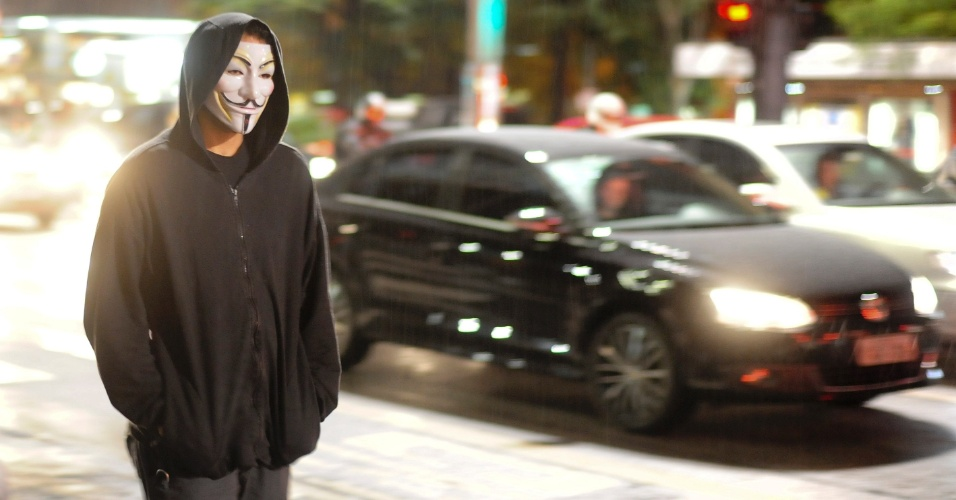 15.abr.2014 - Manifestante chega para manifestação contra a Copa usando máscara de Guy Fawkes em São Paulo