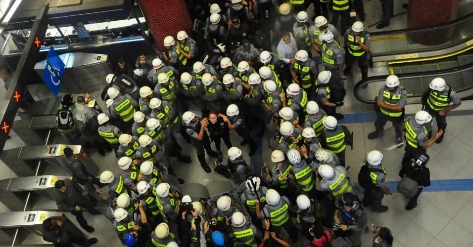 15.abr.2014 - Manifestante é detida pela polícia em estação de metrô durante protesto anticopa em São Paulo