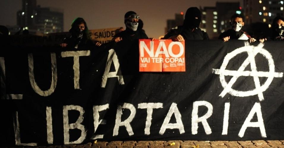 """15.abr.2014 - Manifestante segura cartaz """"Não vai ter Copa"""" durante protesto em SP"""