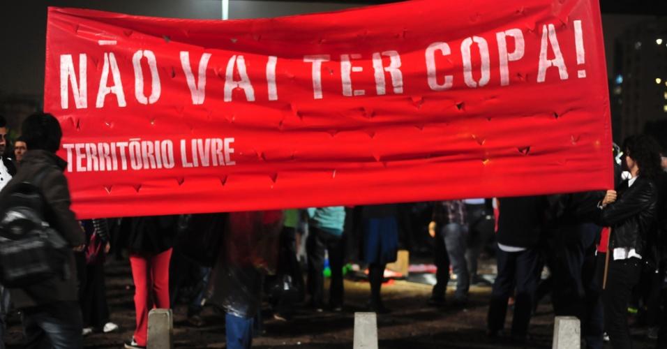 15.abr.2014 - Manifestantes exibem faixa antes de protesto contra a Copa em São Paulo. Até a manhã desta terça-feira, 5,3 mil pessoas haviam confirmado presença na rede social