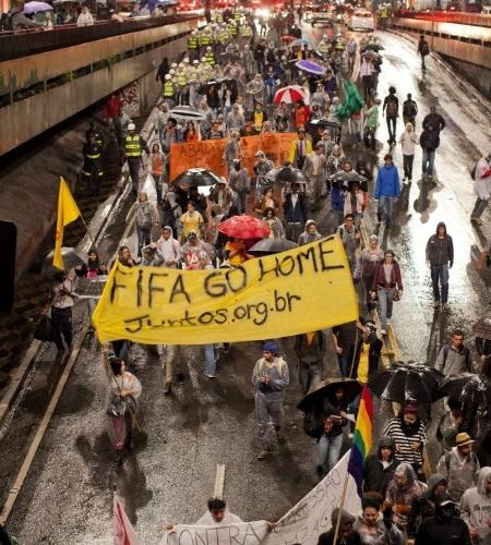 """15.abr.2014 - Manifestantes passam pela avenida Paulista pedindo para a """"Fifa ir para casa"""" durante protesto anticopa"""