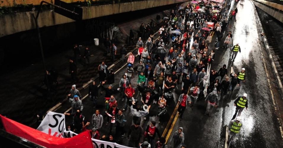 15.abr.2014 - Manifestantes protestam contra Copa em São Paulo; manifestação teve baixo público