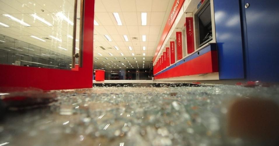 15.abr.2014 - Manifestantes quebraram vidros de agência bancária durante protesto anticopa em São Paulo
