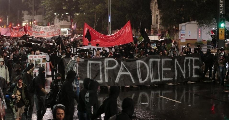 """15.abr.2014 - Manifestantes seguram faixa com a mensagem """"Copa doente"""" durante protesto em São Paulo"""