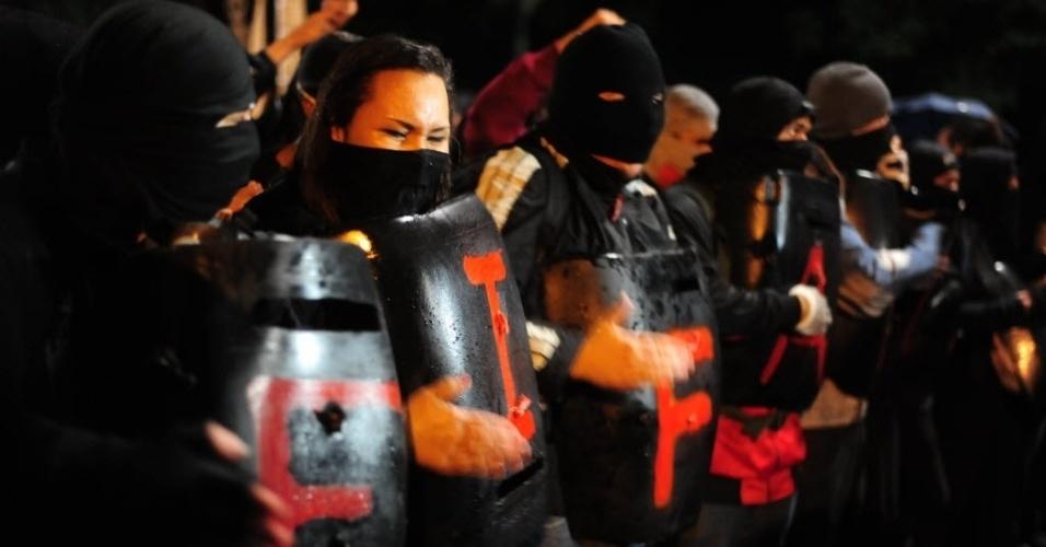 15.abr.2014 - Mascarados, manifestantes participam de protesto anticopa em São Paulo