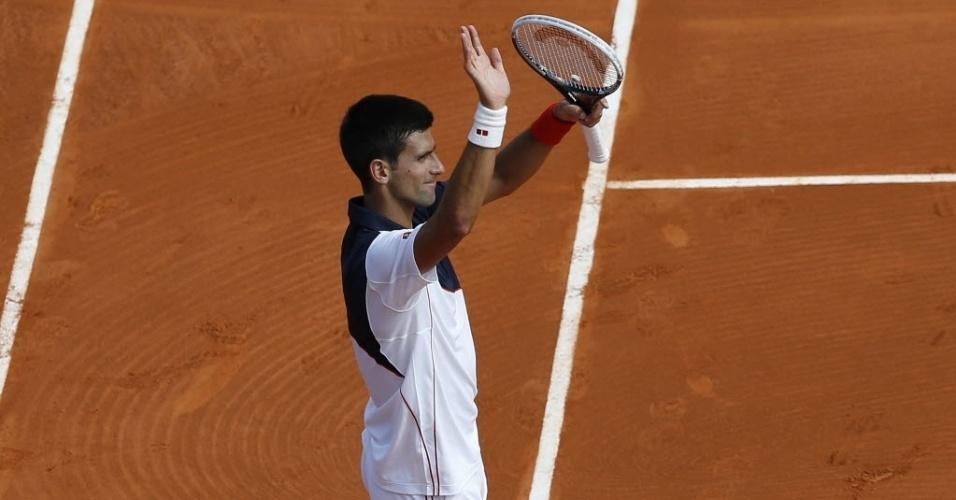 15.abr.2014 - Novak Djokovic acena para a torcida após vencer Albert Montañes em Monte Carlo