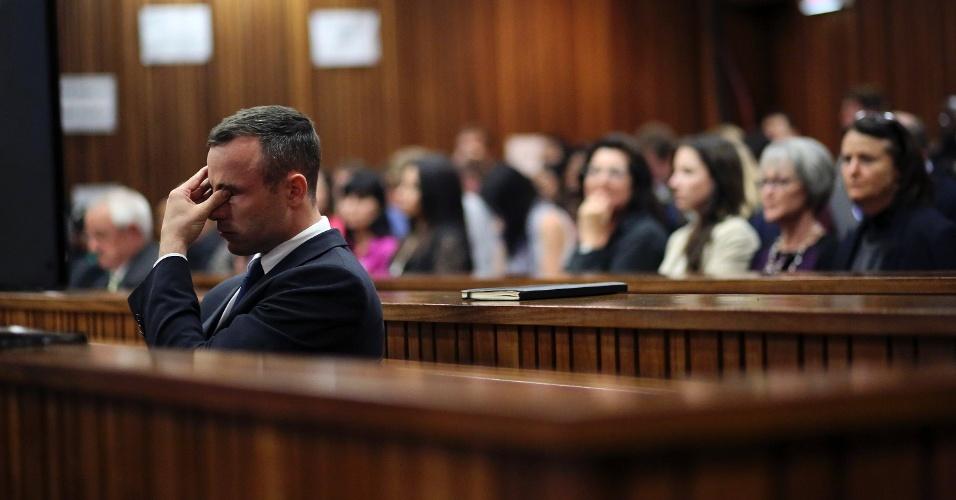 15.abr.2014 - Oscar Pistorius chora durante o 22º dia do julgamento pela morte da modelo Reeva Steenkamp